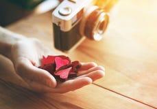 mano con los corazones como como símbolo en medios sociales fotografía de archivo libre de regalías