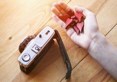 mano con los corazones como como símbolo en medios sociales imagen de archivo libre de regalías