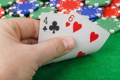 Mano con los naipes en casino fotografía de archivo libre de regalías