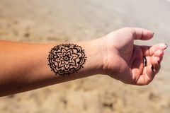 Mano con mehendi de la alheña del tatuaje del modelo de la mandala Imágenes de archivo libres de regalías