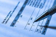 Mano con Pen On Invoice Paper Fotografie Stock