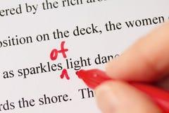 Mano con Pen Proofreading Text Closeup rojo Imagen de archivo