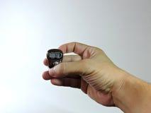 Mano con Rrosary electrónico aislada en el fondo blanco Imagenes de archivo