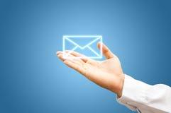 Mano con símbolo del correo Foto de archivo libre de regalías