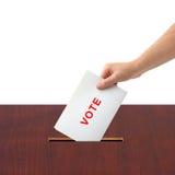 Mano con scheda elettorale e la casella Fotografia Stock