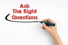 Mano con scrittura dell'indicatore - chieda il concetto di domande di destra Fondo del Libro Bianco Immagini Stock
