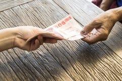 Mano con soldi tailandesi Fotografie Stock Libere da Diritti