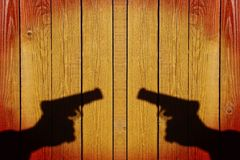 Mano con un arma en una cerca de madera, imagen de XXXL Fotografía de archivo libre de regalías