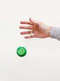Mano con un yo-yo verde immagine stock