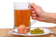 Mano con una birra e una salsiccia Immagine Stock