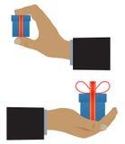 Mano con una caja (con un regalo) Imagen de archivo libre de regalías