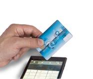 Mano con una carta assegni e lo Smart Phone Fotografie Stock