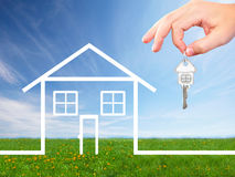 Mano con una chiave della casa. immagine stock libera da diritti