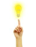 Mano con una lampadina dell'illustrazione Immagini Stock