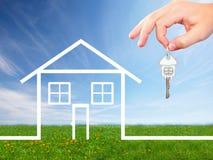 Mano con una llave de la casa. Imagen de archivo libre de regalías