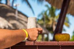 Mano con una pulsera amarilla, Varadero, Matanzas, Cuba Primer Fotografía de archivo libre de regalías