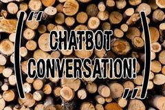 Mano conceptual que escribe mostrando la conversación de Chatbot Charla de exhibición de la foto del negocio con artificial auxil imagen de archivo