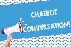 Mano concettuale che scrive mostrando conversazione di Chatbot Testo della foto di affari che chiacchiera con artificiale di aiut royalty illustrazione gratis