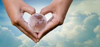 Mano corazón tierra cielo reserva ambiente Día de la Tierra 22 de abril fotos de archivo