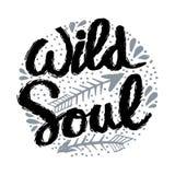 Mano creativa dibujada poniendo letras a alma salvaje stock de ilustración