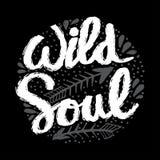 Mano creativa dibujada poniendo letras a alma salvaje libre illustration