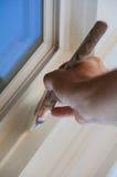 Mano cuidadosa del pintor de casa con el cepillo Imagenes de archivo