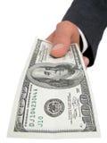 Mano de Businessmanâs que ofrece cientos dólares Bill Fotos de archivo