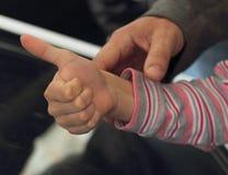 Mano de Childs Apruebe la muestra foto de archivo libre de regalías