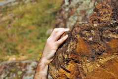 Mano de Climber´s en roca de la piedra arenisca imagenes de archivo