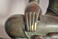 Mano de cobre amarillo hermosa de la estatua de Buda foto de archivo libre de regalías