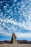 Mano de Desierto är en storskalig skulptur nära Antofagasta, Chile Arkivbilder