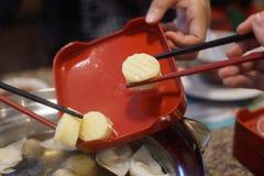 Mano de Diner's usando los palillos con la comida imágenes de archivo libres de regalías
