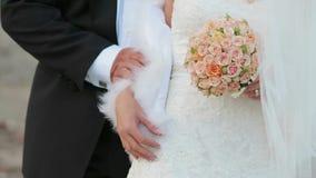 Mano de Holding Bride By del novio almacen de video