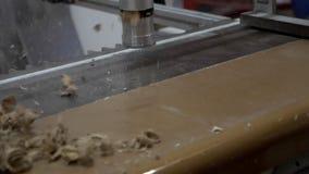 Mano de la cámara lenta del banco de limpieza caucásico del carpintero por el compresor de aire metrajes