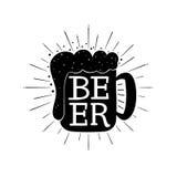 Mano de la cerveza escrita poniendo letras a la composición en la taza Fotos de archivo