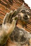 Mano de la demostración de la estatua de Buda del cemento para arriba Fotos de archivo