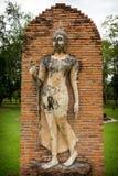 Mano de la demostración de la estatua de Buda del cemento que camina para arriba Imagen de archivo libre de regalías