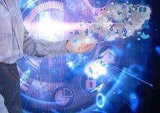 mano de la empresaria con los iconos azules del uso fondo tecnológico Foto de archivo