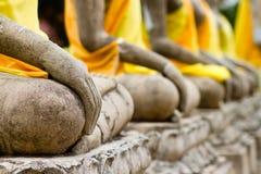 Mano de la fila del monumento de buddha en el ayutthaya imágenes de archivo libres de regalías