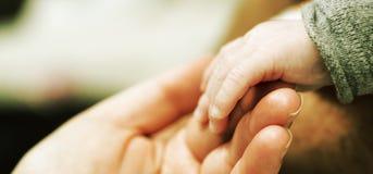 Mano de la madre y del bebé Imagen de archivo libre de regalías