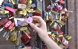 Mano de la muchacha en la cerradura del amor - BASILEA - Suiza - 21 de julio de 2017 Fotografía de archivo libre de regalías