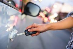 Mano de la mujer abierta con el coche dominante imagen de archivo libre de regalías