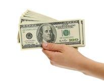 Mano de la mujer con 100 billetes de dólar Imagen de archivo libre de regalías