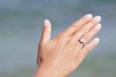Mano de la mujer con el anillo de compromiso Imagenes de archivo
