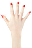 Mano de la mujer con el esmalte de uñas rojo aumentado para arriba foto de archivo