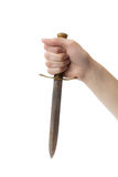 Mano de la mujer con la daga vieja en el fondo blanco imagen de archivo libre de regalías