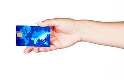 Mano de la mujer con la tarjeta de crédito Fotos de archivo libres de regalías