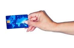 Mano de la mujer con la tarjeta de crédito Imágenes de archivo libres de regalías