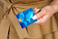 Mano de la mujer con la tarjeta de crédito Imagen de archivo