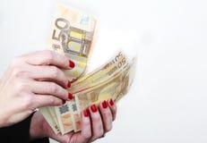 Mano de la mujer con las cuentas euro Foto de archivo